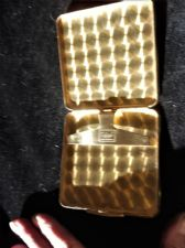 VINTAGE GOLD TONE CIGARETTE CASE ENGINE TURNED & SUPERB GILT INNER SCHALL